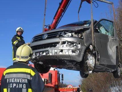 Rasch konnte die Feuerwehr den VW-Bus nach dem Unfall auf der A2 bergen.