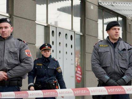 Der Wachmann der Bank Austria-Filiale schwebte am Abend noch in Lebensgefahr.