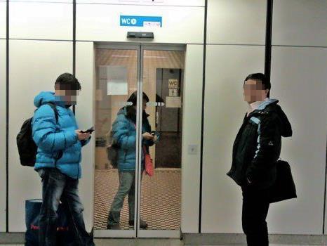 Eine Touristin war am Mittwochabend in der Toilette einer U-Bahn-Station gefangen.