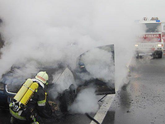 PKW fing auf einer Straße in Niederösterreich Feuer