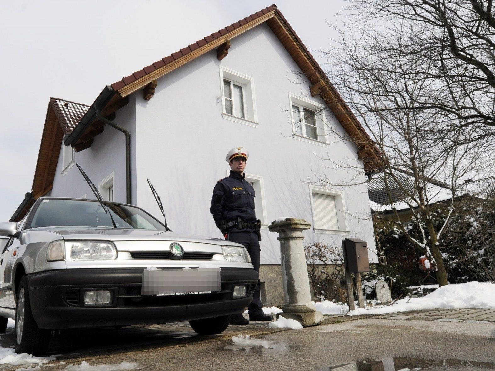 beamte der Cobra fanden in dem umstellten Haus in Marchegg drei Tote.