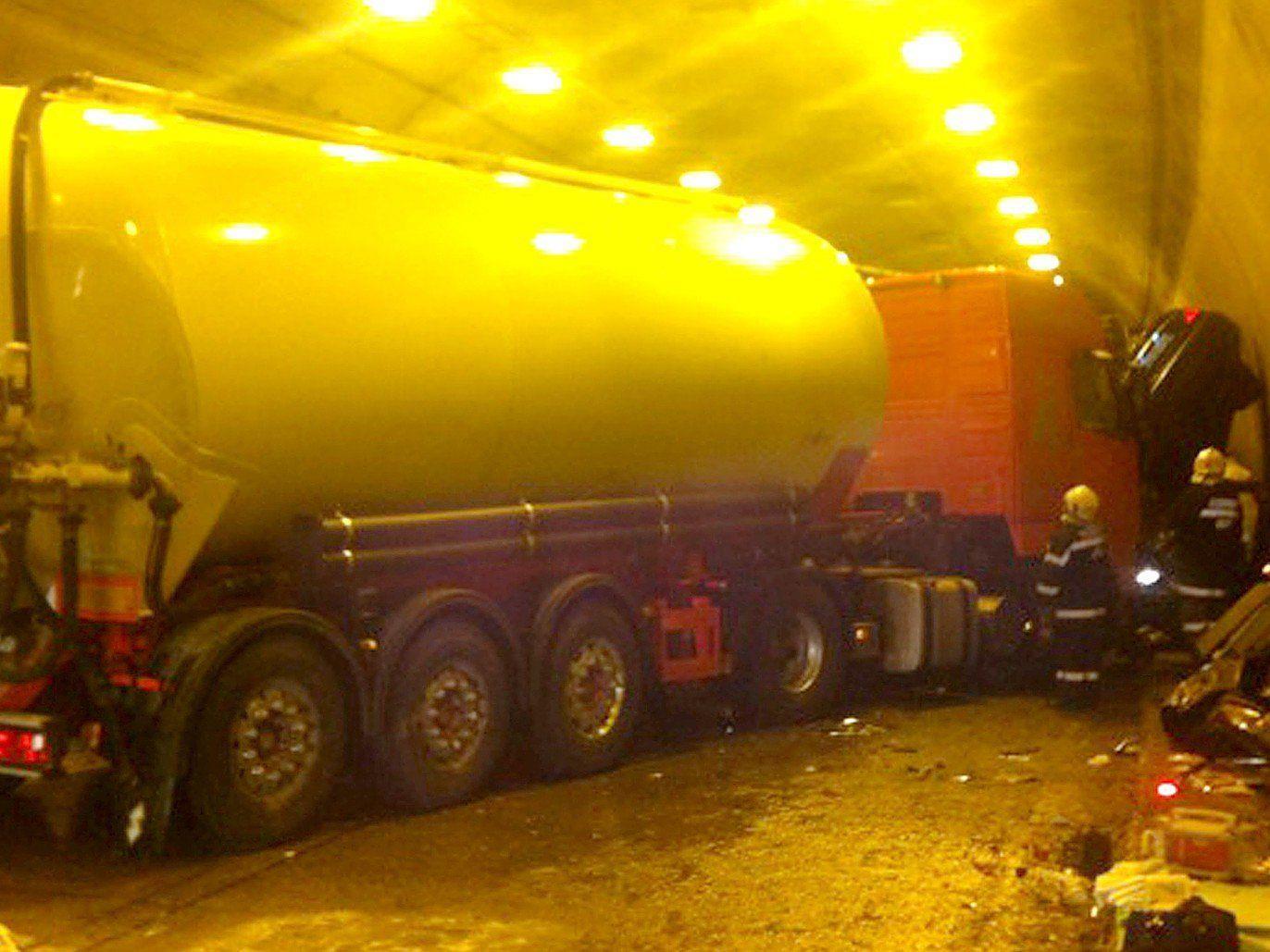 24 Personen wurden bei Unfällen auf der A2 im Herzogbergtunnel verletzt.