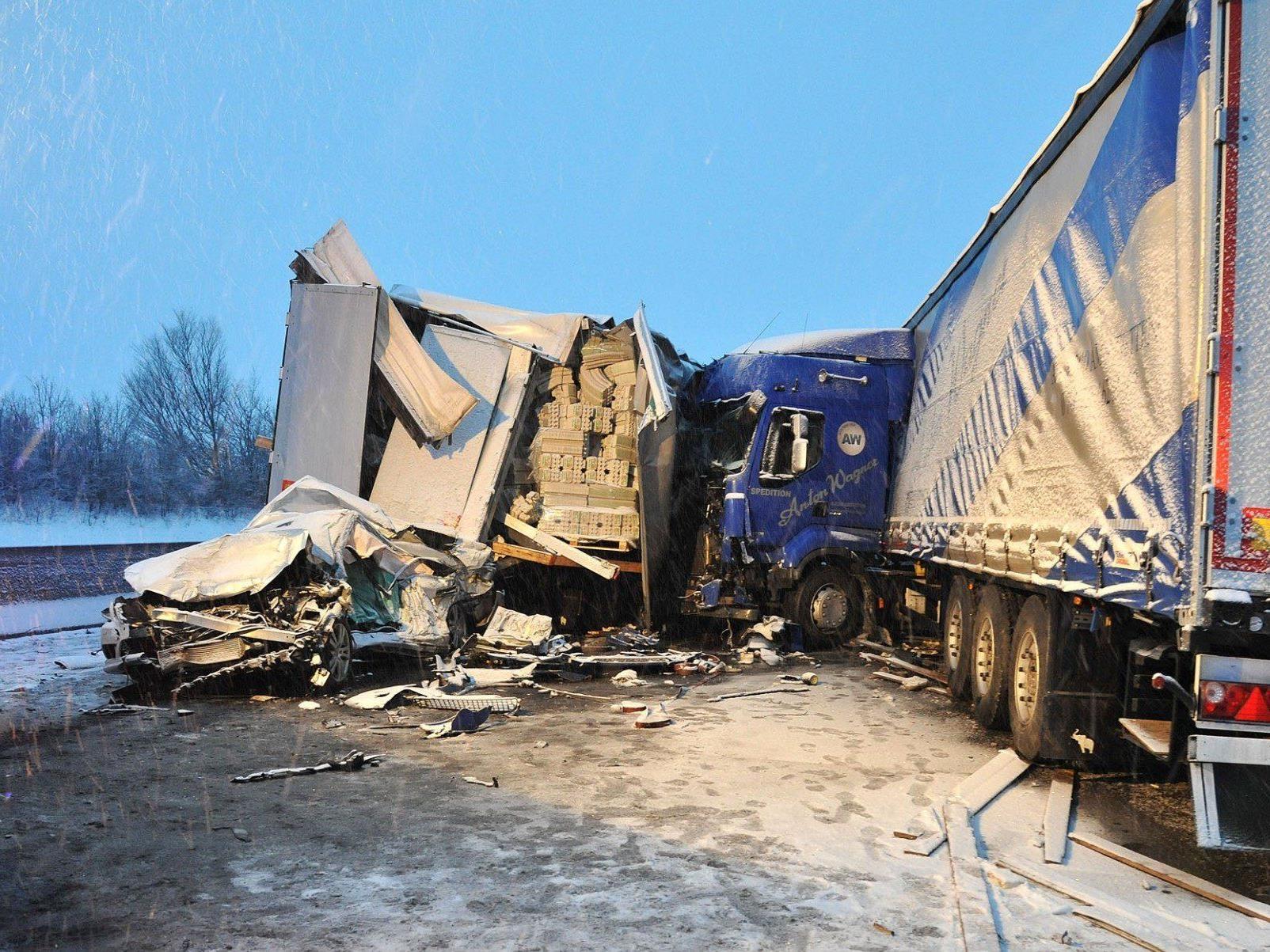 Massenkarambolage auf der A1 bei St. Pölten: Ein Todesopfer.