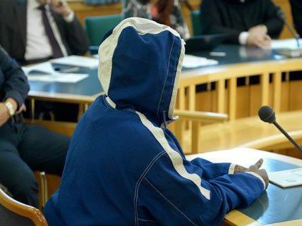 Sarah K. beim Mord-Prozess nach der Tat in Favoriten