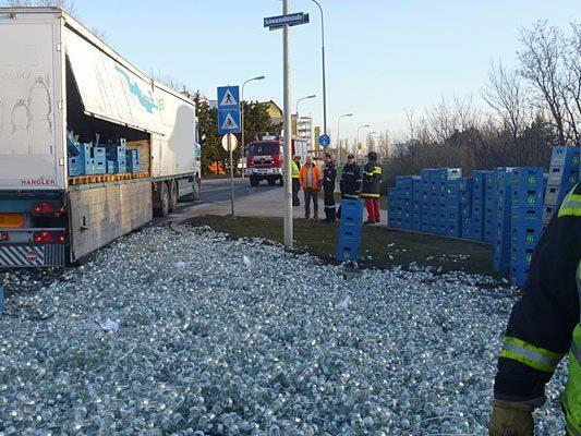 Der Lkw verlor in Schwechat zahlreiche Flaschen und Getränkekisten