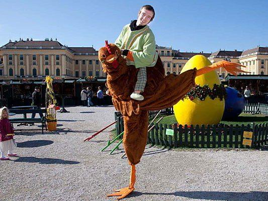 Am Ostermarkt beim Schloss Schönbrunn nicht zu übersehen: Markt-Maskottchen Roberta Huhn