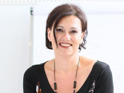 Stimmtrainerin Petra Falk bereitet die Kandidatinnen auf die Miss-Wahl vor.