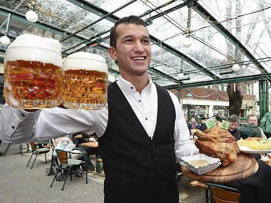 Im Schweizerhaus wird seit heute wieder Bier ausgeschenkt und Stelze serviert