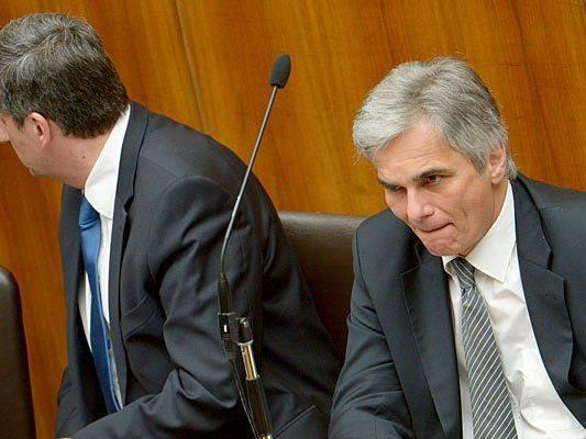 Michael Spindelegger (l.) und Werner Faymann im Rahmen einer Sitzung des Nationalrates am Mittwoch