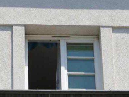 Nach dem Fenstersturz schwebt der kleine Bub in Lebensgefahr.