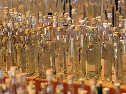 50 Flaschen Vodka wollten zwei Diebe in Wien-Favoriten aus einem Supermarktlager stehlen.
