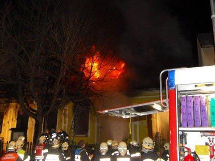 In der Nacht auf Mittwoch brannte ein Gasthaus in Fels am Wagram komplett aus.