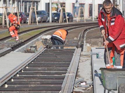 Wegen Gleisbauarbeiten kann es vorübergehend zu Verkehrsbehinderungen kommen.