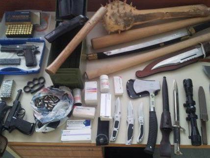 """Diese Waffen und """"Folterinstrumente"""" wurden im Haus des Beschuldigten sichergestellt."""