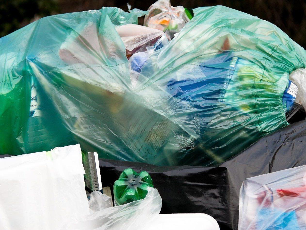 Freiwillige Helfer sammelten 3,2 Tonnen Müll entlang des Inn-Ufers.