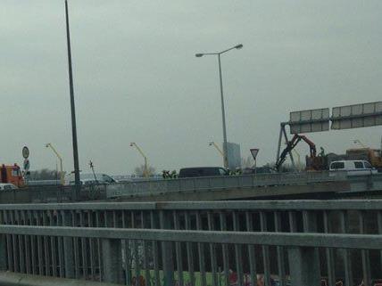 Lkw verlor auf der Nordbrücke in Wien Schotter