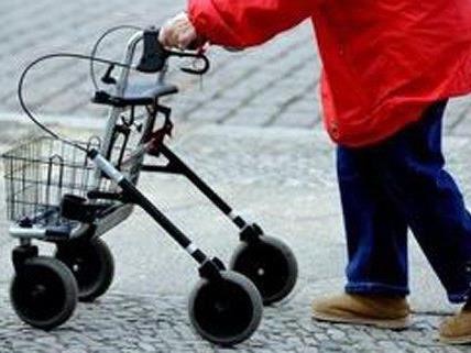 Am Montagnachmittag wurde eine 69-Jährige direkt vor ihrem Haustor ausgeraubt.
