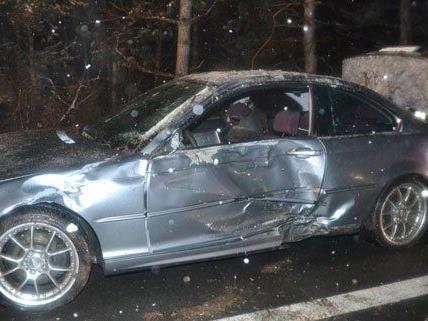 Die Feuerwehr musste zwei Personen aus dem Unfallauto befreien.