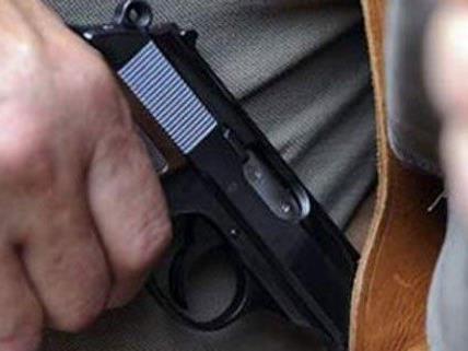 Mit einer Pistole bedrohten die Täter einen Angestellten des Drogeriemarkts.