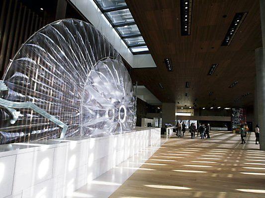 """Objekt von """"Kunst am Bau"""" im Foyer"""