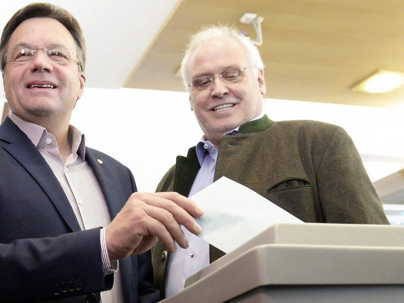 Tirols Landeshauptmann Günther Platter wählte in der Öffentlichkeit.