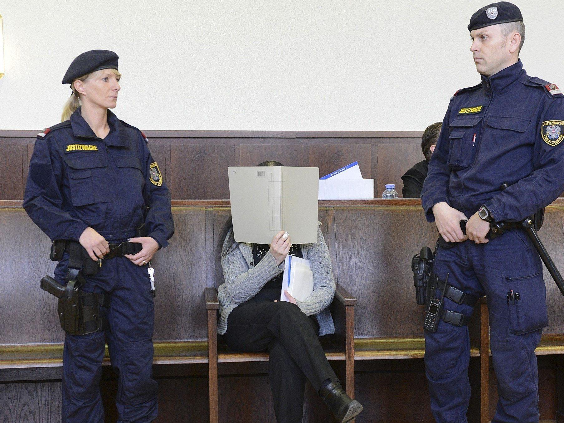 Prozess um Arsen-Morde - Mühsame Einvernahme der Angeklagten