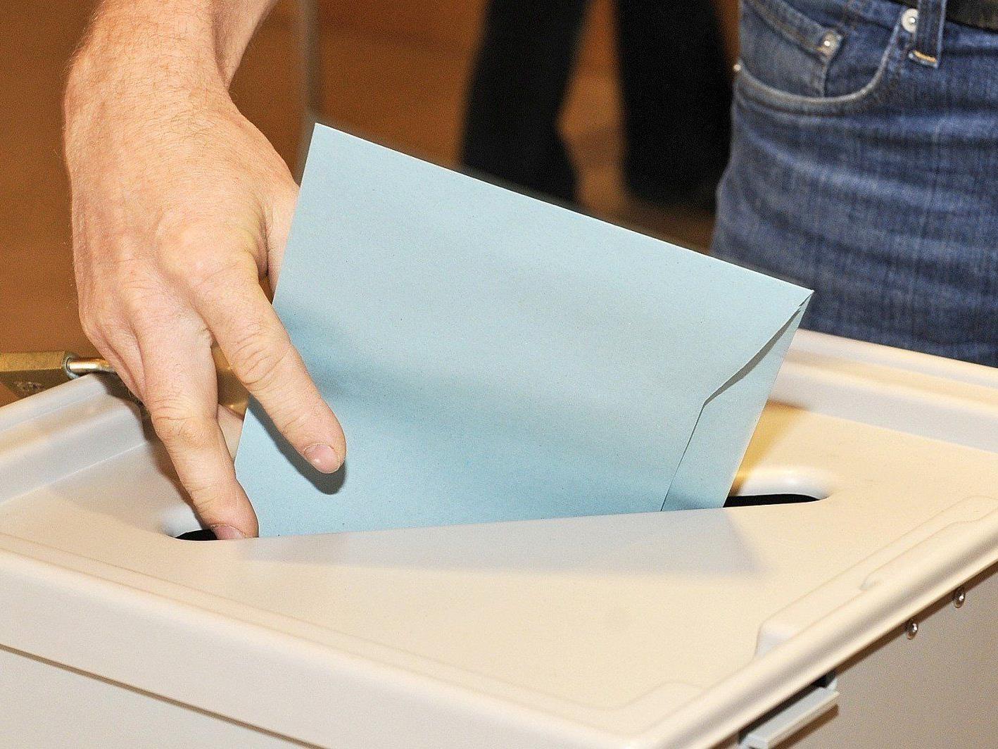 Erste Hochrechnungen nach der Landtagswahl in Tirol 2013.