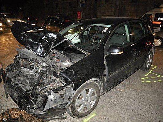 Einer der Unfallwagen in Wien-Fünfhaus