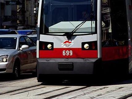 Im Bereich der Volksoper blieb eine schadhafte Straßenbahn liegen