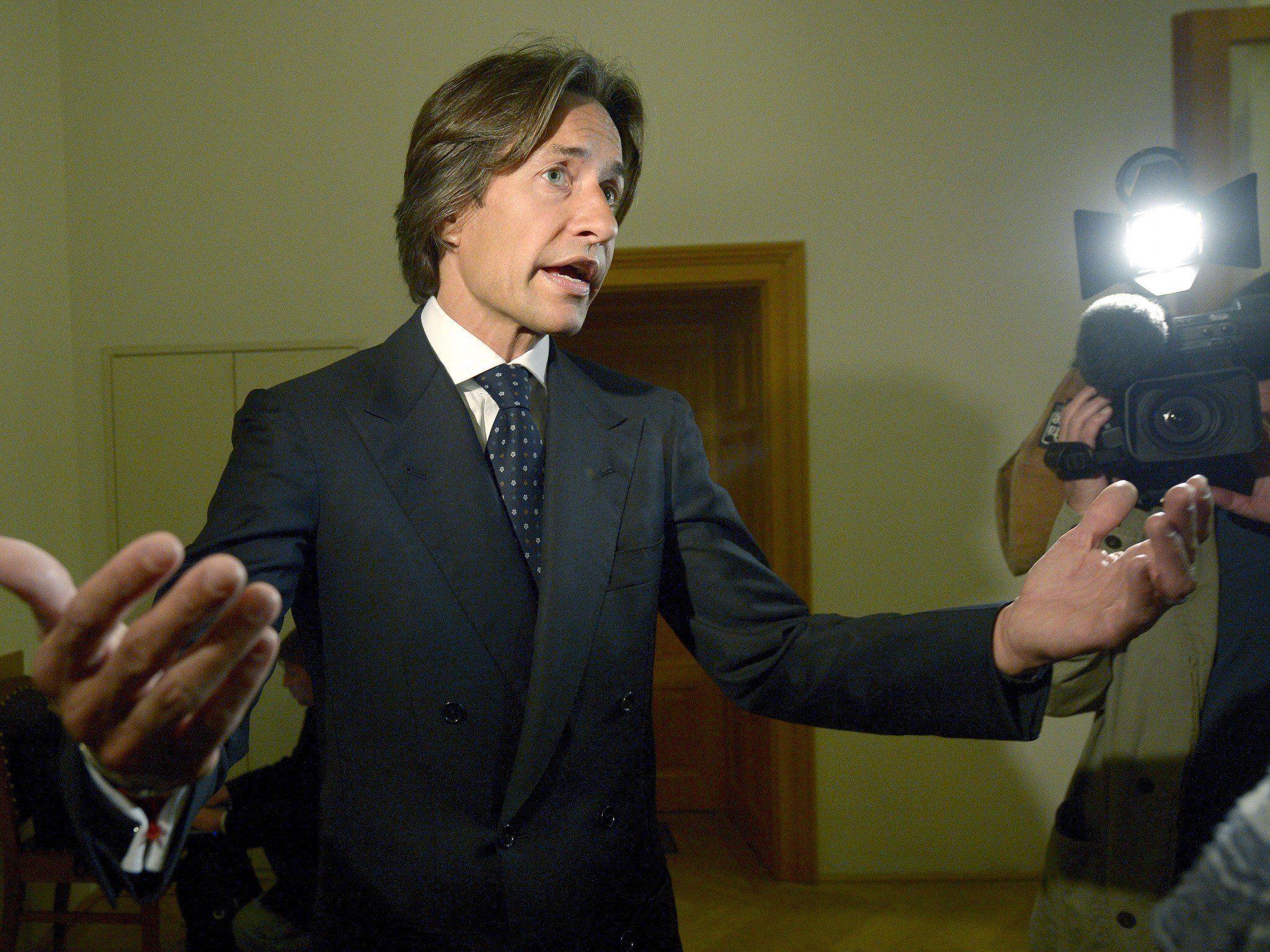 Ex-Finanzminister will Schadenersatz wegen Pressemitteilung über Hausdurchsuchung.