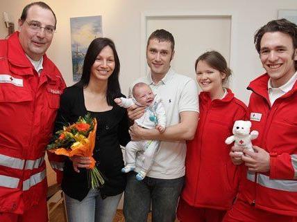 .): Rotkreuz-Sanitäter Walter Gallauner, Mama Nicole M. und Papa Martin M. mit dem ungeduldigen Moritz, Sanitäterin Laura Ratcliffe und Sanitäter Jakob Hager.