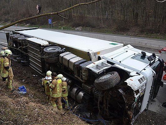 Der umgestürzte Lkw auf der A1