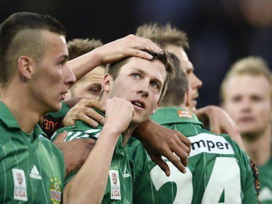 Deni Alar (m./Rapid) und Teamkollegen jubeln über das Tor zum 1:0 gegen Wiener Neustadt
