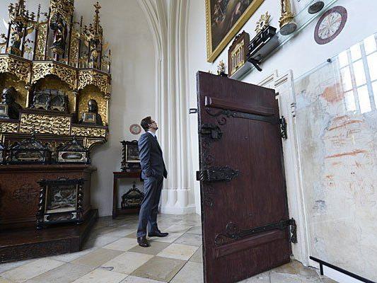 """Ein Besucher in der Ausstellung """"Der Reliquienschatz von St. Stephan"""" im Wiener Stephansdom"""
