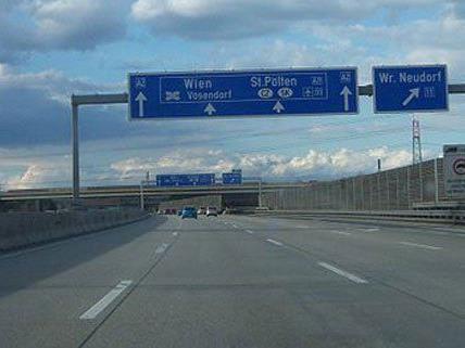 Die A2 musste am Mittwoch ab Wiener Neudorf gesperrt werden.