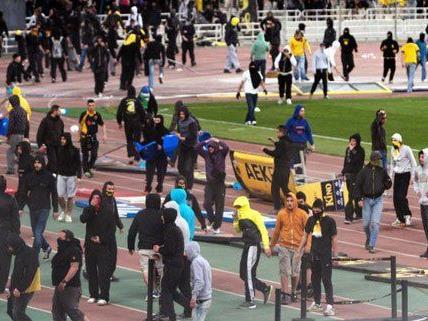 Hunderte AEK Fans stürmten am Sonntag das Spielfeld im Olympiastadion