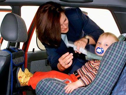 Durch ein Missgeschick wurde das Kind in dem Pkw eingeschlossen.