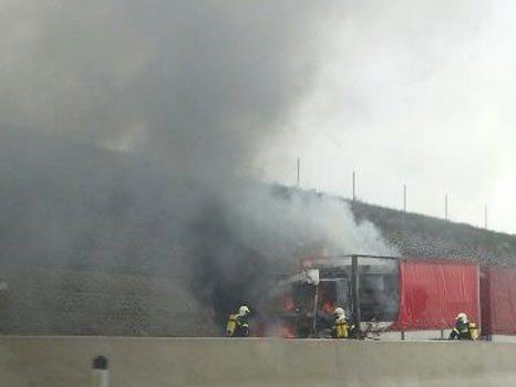 Aus noch ungeklärter Ursache kam es auf der A5 zu einem Lkw-Brand.