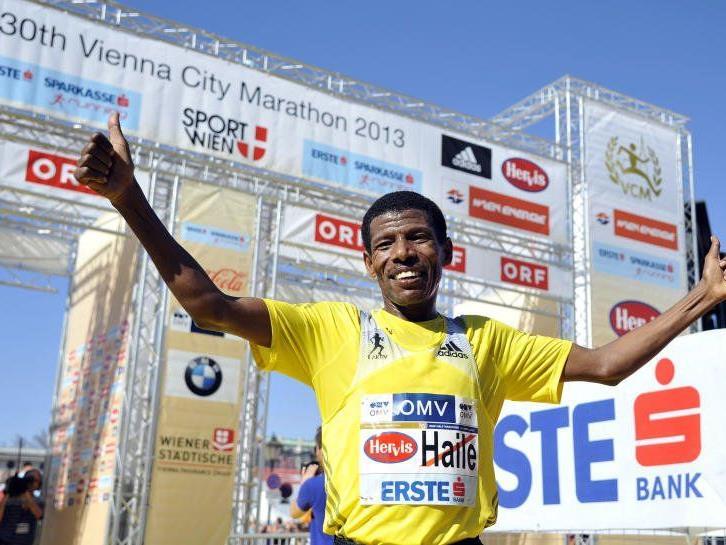 Der Äthiopier Haile Gebrselassie gewinnt mit 01:01:14 Stunden den Halbmarathon.