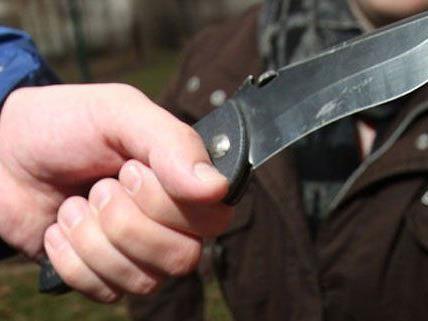 Ein Unbekannter bedrohte den Hotelangestellten mit einem Messer.