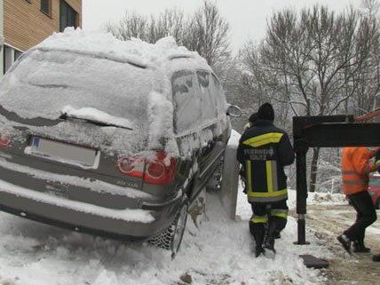 Die Feuerwehr musste mehrere Fahrzeuge bergen.