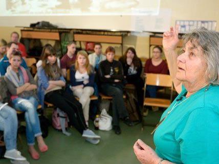 In einer Wiener Schule berichtete Marion Wolff von Flucht und Rückkehr.