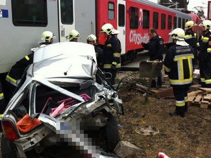 Am Samstag wurde ein Pkw in Niederösterreich von einem Zug gerammt.