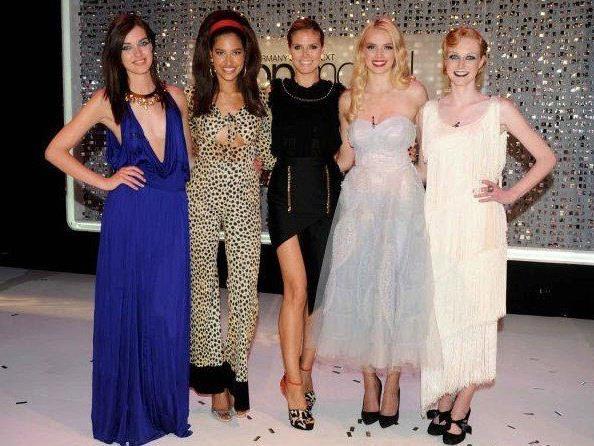 Heidi Klum mit ihren vier GNTM-Finalistinnen Luise, Lovelyn, Sabrina und Maike.