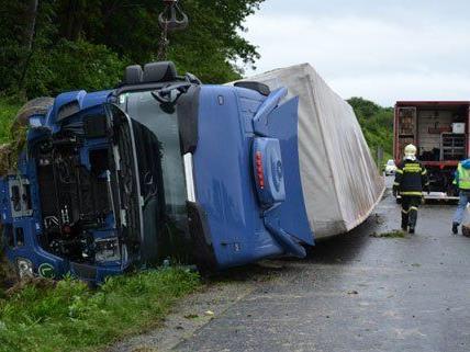 Am Freitag stürzte ein Lkw auf der A1 von der Fahrbahn ab.