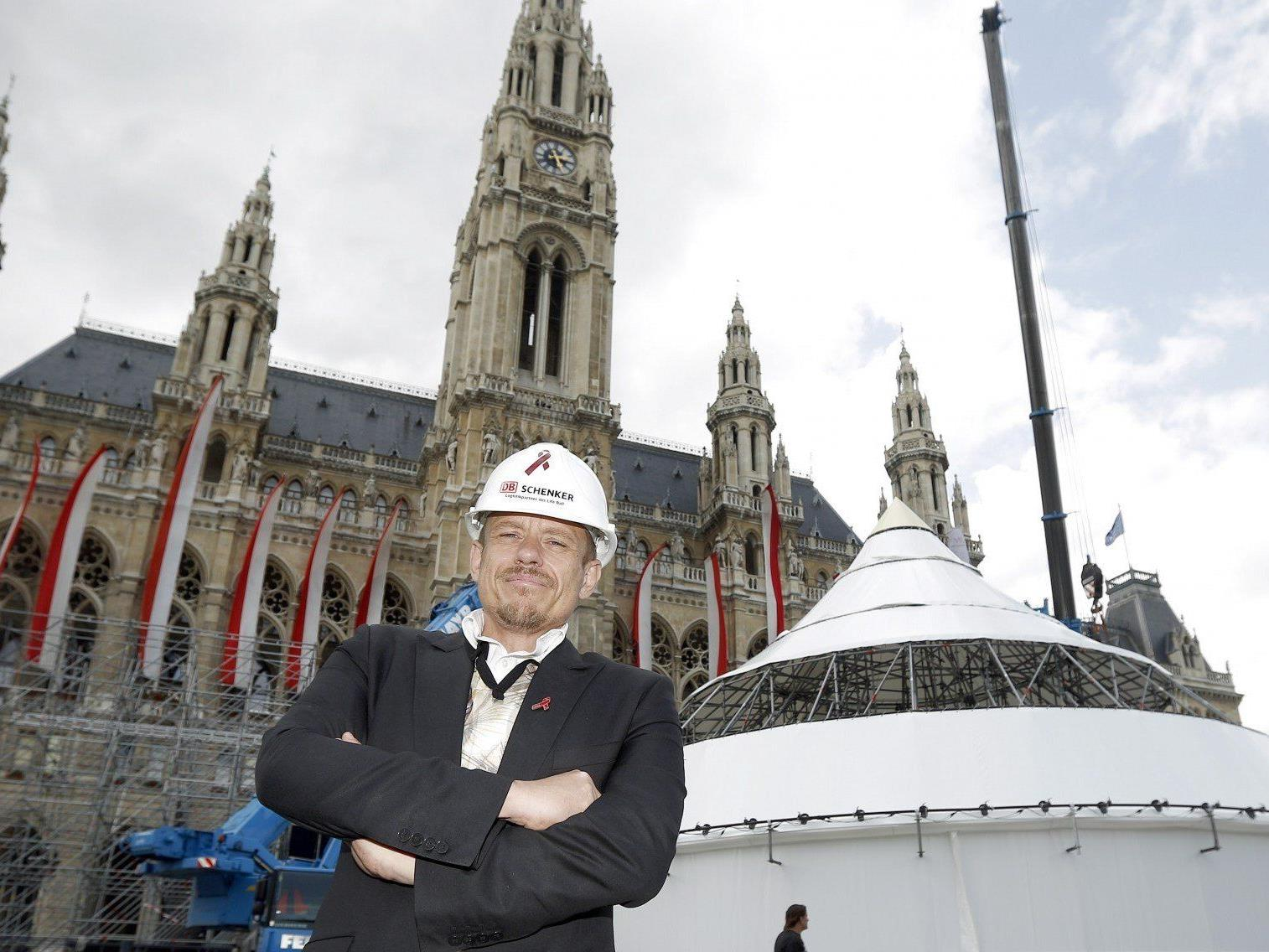 Life Ball-Organisator Gery Keszler bei den ersten Aufbauarbeiten am Rathausplatz.