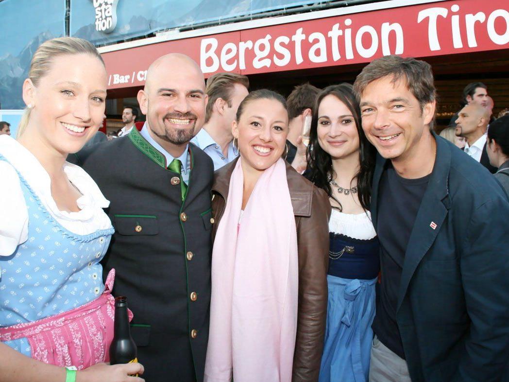 Fröhliche Gesichter und traditionelle Outfits bei der Eröffnung der Bergstation-Tirol