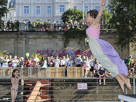 Am 22. Juni 2013 findet der Dirndlflugtag am Wiener Badeschiff statt.