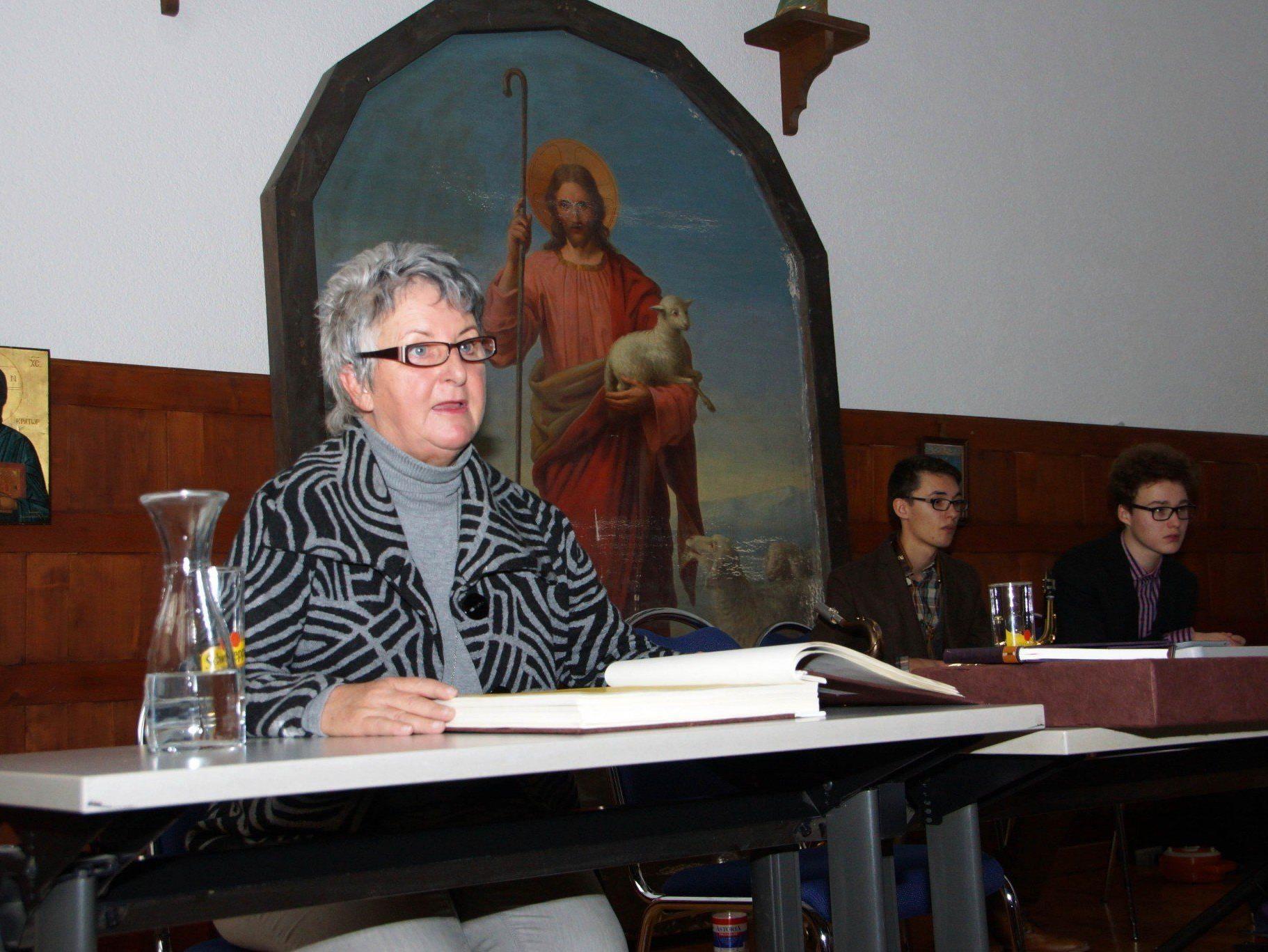 """""""Klopfzeichen"""" – Obfrau Eva Maria Dörn freut sich auf die Mundart-Mai Veranstaltung."""