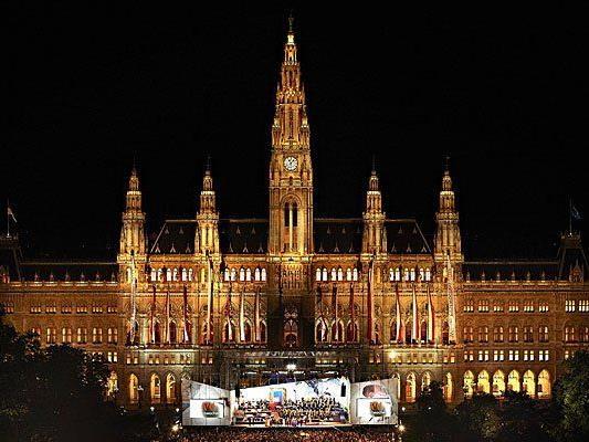 Die Eröffnung der Wiener Festwochen wird auch heuer wieder massenhaft Kulturbegeisterte auf den Rathausplatz locken